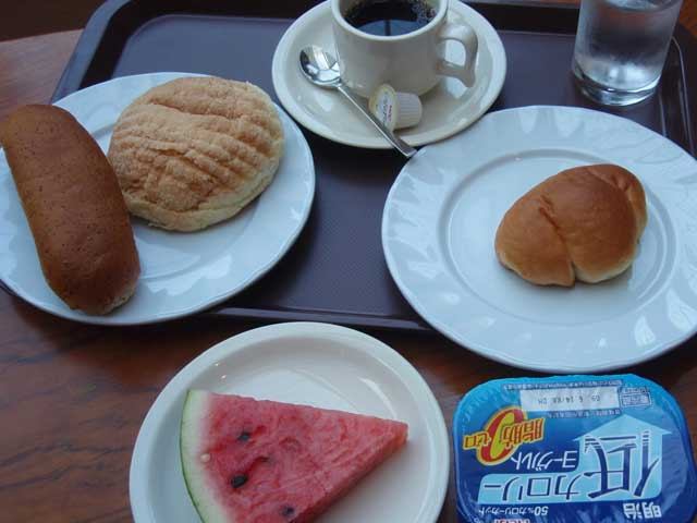 パン食べ放題の朝食